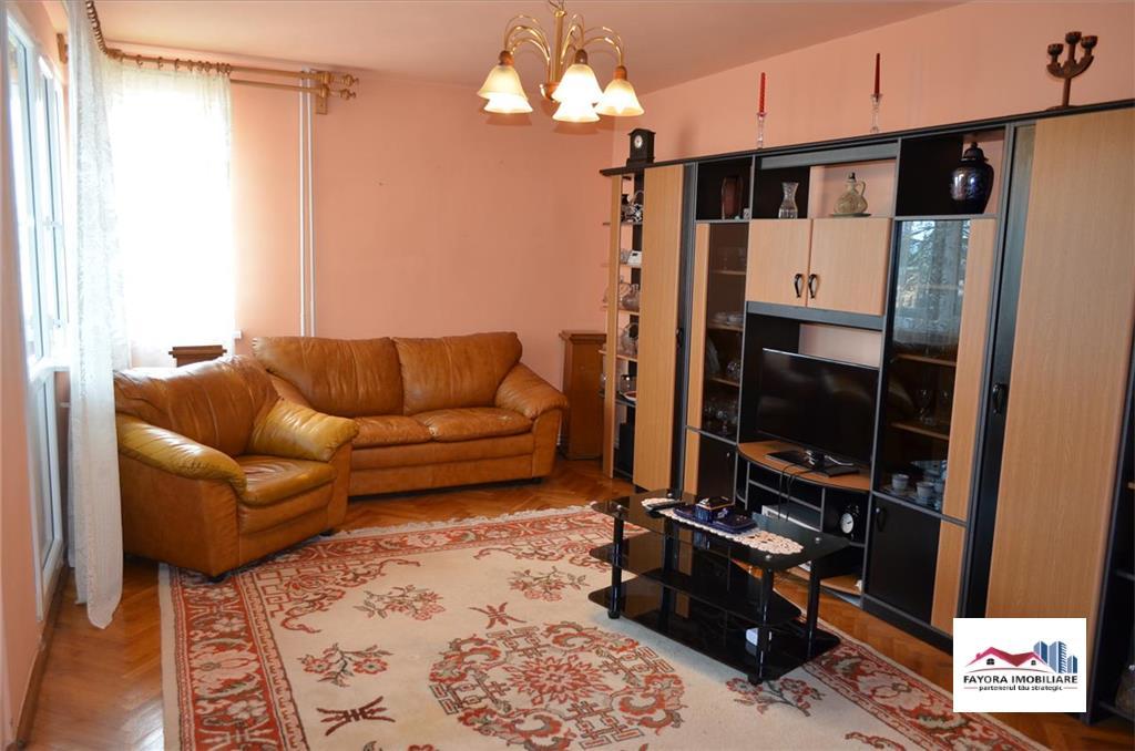 Apartament cu 4 Camere de Vanzare in Zona Centrala.
